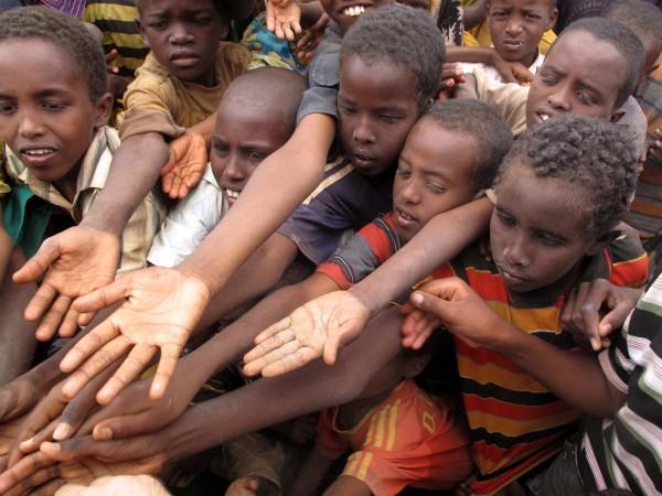 Kinder im Flüchtlingslager bitten um Hilfe