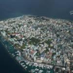 Malé Viele Menschen müssen auch heute schon umgesiedelt werden. Ein Foto von Malé, der Hauptstadt der Malediven | Bild (Ausschnitt): © steve_l [CC-BY-2.0] - Wikimedia Commons