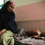 Somalische Mutter wartet in einem Krankenhaus auf Behandlung ihres Kindes. Krankheit und Armut bedingen sich häufig gegenseitig. Somalische Mutter wartet in einem Krankenhaus auf Behandlung ihres Kindes. Krankheit und Armut bedingen sich häufig gegenseitig. | Bild (Ausschnitt): © United Nations Photo [CC BY-NC-ND 2.0] - Flickr