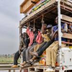 Menschen auf Transporter in Niger | Bild (Ausschnitt): © Gustave Deghilage [CC BY-NC-ND 2.0] - flickr