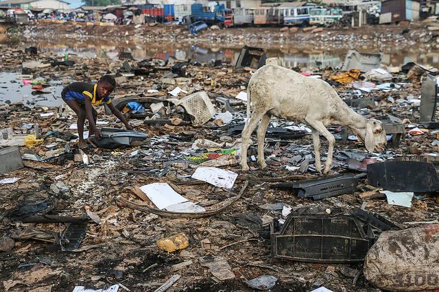 Elektroschrotthalde in Afrika Durch übermäßigen Konsum der Industrienationen entsteht viel Müll, der häufig auf den afrikanischen Kontinent exportiert wird. |  Bild: © Fairphone [CC BY-NC-ND 2.0]  - Flickr