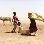 Junge und Mädchen in kenianischer Wüste Junge und Mädchen in einer Wüste In Kenia | Bild (Ausschnitt): © Bread for the World [CC BY-NC-ND 2.0] - Flickr