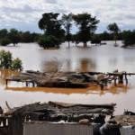 Überschwemmung des Niger in der Hauptstadt Niamey Während im Südosten der Republik Niger das Wasser fehlt, wird die Hauptstadt Niamey im Südwesten durch den Fluss Niger überschwemmt. | Bild (Ausschnitt): © Oxfam International [CC BY-NC-ND 2.0] - Flickr