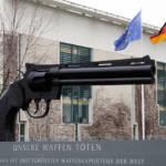Kampagne gegen den Waffenhandel durch IPPNW (diese Organistaion steht nicht mit uns in Verbindung) Sculptur, die der Bundesregierung im Rahmen der Kampagne