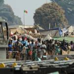 Zentralafrikanische Flüchtlinge am Flughafen von Bangui Tausende von Menschen flüchten in der Zentralafrikanischen Republik vor der Gewalt und Zerstörung | Bild (Ausschnitt): © U.S. Air Force [Public Domain] - Wikimedia Commons