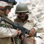 MP5 US-Soldat erklärt einem saudischen Soldaten das deutsche Maschinengewehr MP5 | Bild (Ausschnitt): © Lance Corpoal Daniel R. Lowndes [Puplic Domain] - Wikimedia commons