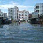 Flut in Dhaka Das Risiko, durch eine Naturkatastrophe sein Zuhause zu verlieren und aus diesem Grund die Heimat verlassen zu müssen, ist heute bereits 60 Prozent höher als vor 40 Jahren. | Bild (Ausschnitt): © dougsyme [CC BY 2.0] - flickr