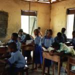 Klassenzimmer in Nigeria Millionen Kinder, die unterernährt oder krank sind, die aus ärmsten Familien stammen und neben der Schule hart arbeiten müssen, haben von Anfang an schlechte Lernchancen. | Bild (Ausschnitt): © Fizzr [CC BY-NC 2.0] - Flickr