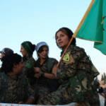 Kurdische YPG erobert Rakka Die Terrormiliz hatte Rakka 2014 erobert und von dort aus Anschläge im Ausland geplant und im Anschluss an große Erfolge häufig euphorische Paraden abgehalten. | Bild (Ausschnitt): © Kurdishstruggle [CC BY 2.0] - Flickr