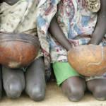 Kinder, die auf die Erlaubnis warten, die verschütteten Körner von World Food Program-Flugzeugen in der Drop-Zone in der Nähe von Thiekthou sammeln zu können. Kinder, die auf die Erlaubnis warten, die verschütteten Körner von World Food Program-Flugzeugen in der Drop-Zone in der Nähe von Thiekthou, Sudan, sammeln zu können. | Bild (Ausschnitt): © Eskinder Debebe, United Nations [CC BY-NC-ND 2.0] - Flickr