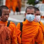 Mönche mit Atemmasken zum Schutz vor Smog Wenn ein Arzt uns sagt, dass wir besser auf unsere Gesundheit achten müssen, machen wir das, und es ist wichtig, dass die Regierungen das Gleiche tun. | Bild (Ausschnitt): © Oscar Ocelotl Aguirre [CC BY-NC-ND 2.0] - Flickr