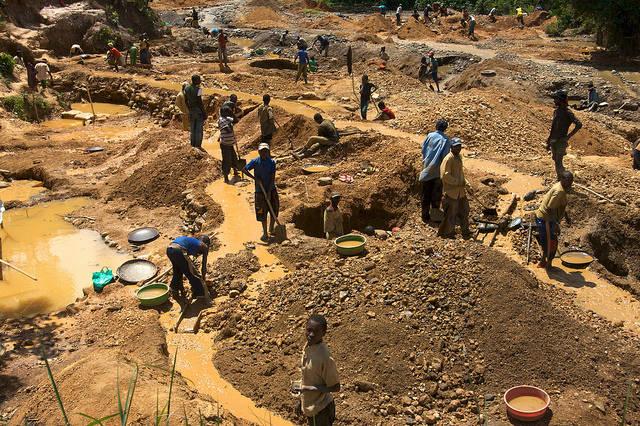 Kinderarbeit DR Kongo Kinder im Osten des DR Kongo beim Abbau von Mineralien - Automobilkonzerne profitieren davon. |  Bild: © ENOUGH Project [CC BY-NC-ND 2.0]  - Flickr