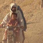 Familie auf Roller in Afghanistan Amnesty International kritisiert das Vorgehen in Europa scharf. Die Menschenrechtsorganisation schreibt, dass im vergangenen Jahr so viele Zivilisten in Afghanistan verletzt und getötet wurden wie seit 2009 nicht mehr. | Bild (Ausschnitt): © DVIDSHUB [CC BY 2.0] - Flickr