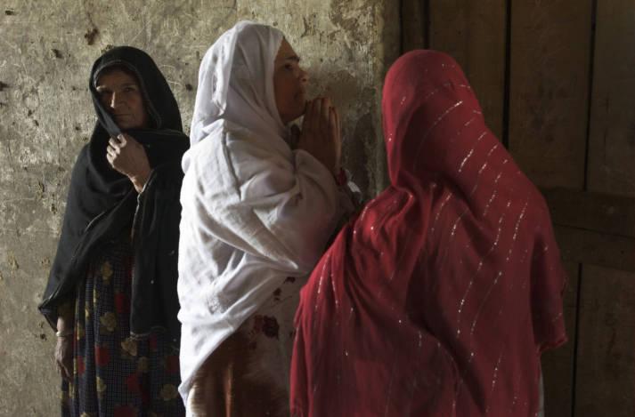 """Frauen in Bagram, Afghanistan In einem Bericht aus dem Jahr 2016 nannte die unabhängige Menschenrechtskommission der afghanischen Regierung """"Jungfräulichkeitstests"""" eine Form des sexuellen Übergriffs, die abgeschafft werden sollte.     Bild: ©  United Nations Photo [CC BY-NC-ND 2.0]  - Flickr"""