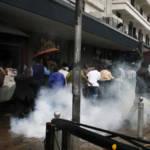 Die Staatsgewalt geht mit Tränengas gegen Protestierende auf den Straßen Nairobis vor. Bereits nach der Wahl 2007 kam es in Kenia zu gewalttätigen Auseinandersetungen zwischen Demonstranten und Polizei | Bild (Ausschnitt): © DEMOSH [CC BY 2.0] - flickr