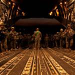 Amerikanische Soldaten der Luftwaffe verlassen den Irak in Richtung Heimat. Bleiben oder Gehen - Diese Entscheidung hängt auch von den Wahlen im Irak im Mai ab. | Bild (Ausschnitt): © DVIDSHUB [CC BY 2.0] - flickr