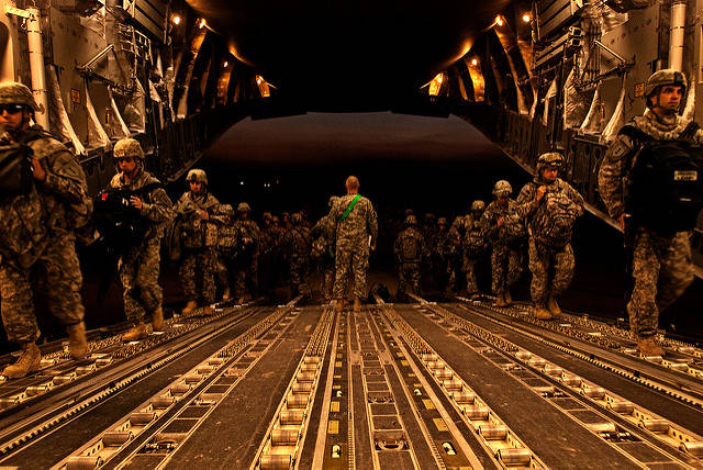 Amerikanische Soldaten der Luftwaffe verlassen den Irak in Richtung Heimat. Bleiben oder Gehen - Diese Entscheidung hängt auch von den Wahlen im Irak im Mai ab. |  Bild: ©  DVIDSHUB [CC BY 2.0]  - flickr