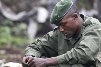 Ein in Gedanken versunkener kongolesischer Rebell. Viele versuchen nicht darüber nachzudenken was für Gräueltaten sie begangen haben, jedoch fällt dies vielen sehr schwer. | Bild: © Steve Evans  [CC BY-NC 2.0]  - flickr