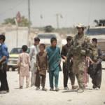 Deutsche Soldaten in Afghanistan inmitten einer Kindergruppe. | Bild (Ausschnitt): © ResoluteSupportMedia -