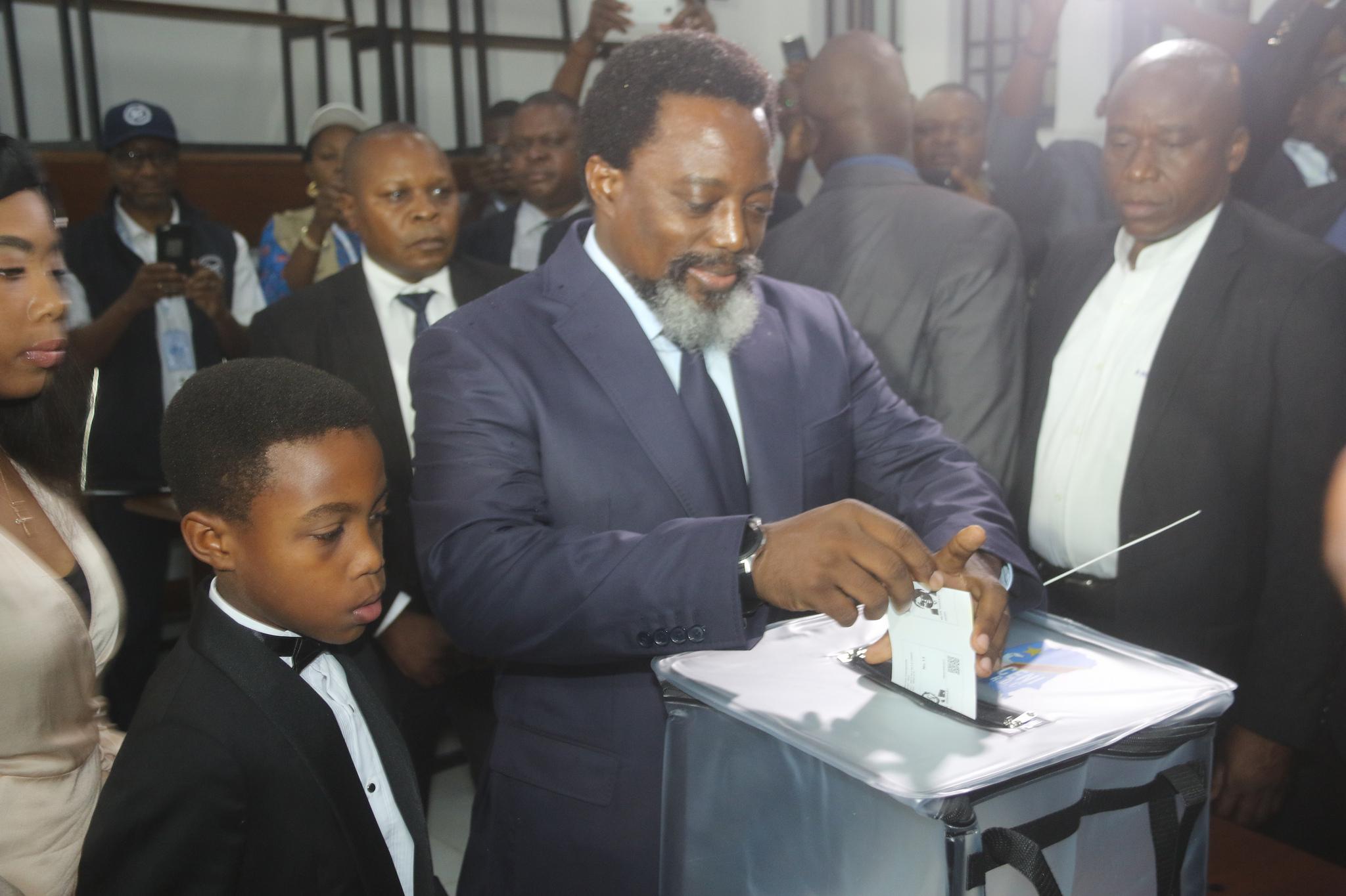 Präsident Kaliba wirft sein Wahlzettel in eine Wahlurne