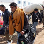 Fleeing death in Libya Mehrere Männer, die mit ihrem Besitz aus Libyen flüchten | Bild (Ausschnitt): © Magharebia [CC BY 2.0] - Flickr