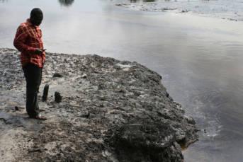 Auslaufendes Erdöl in Nigeria Das Erdöl läuft aus und verschmutzt die Umwelt in Nigeria |  Bild: © Friends of the Earth Neatherlands [CC BY-NC-ND 2.0]  - Flickr