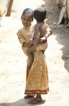 Mädchen mit Kind in Indien Mit ihren Bevölkerungskontrollprojekten förderten westliche Industrienationen frauenspezifische Verfolgung in Asien. Heute leiden die Frauen dort vor allem unter Zwangsabtreibungen und Frauenhandel. |  Bild: © Steve Evans [CC BY-NC 2.0]  - flickr