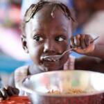 Haiti Kind Essen Nutrition Program Haiti. Ein Mädchen bekommt Essen von einer Essensausgabe. Gerade Krisen, wie die in Haiti, bekommen wenig mediale Aufmerksamkeit | Bild (Ausschnitt): © Feed My Starving Children (FMSC) [CC BY-ND 2.0] - flickr
