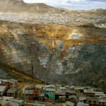 In Peru werden für Rohstoffe wie Kupfer und Gold indigene Gemeinschaften vertrieben. Die Polizei arbeitet mit den Bergbauunternehmen in der Zwangsumsiedlung zusammen | Bild (Ausschnitt): © orgulloso peaton [CC BY-NC 2.0] - flickr