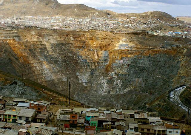 In Peru werden für Rohstoffe wie Kupfer und Gold indigene Gemeinschaften vertrieben. Die Polizei arbeitet mit den Bergbauunternehmen in der Zwangsumsiedlung zusammen |  Bild: ©  orgulloso peaton [CC BY-NC 2.0]  - flickr