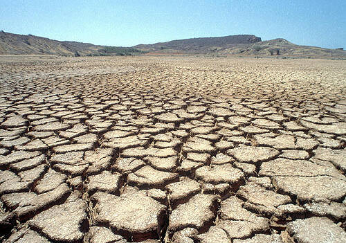 Cracked Earth Senegal Boden Im Senegal wird die Landwirtschaft durch die immer trockener werdenenden Böde schwieriger |  Bild: © United Nations Photo [CC BY-NC-ND 2.0]  - flickr
