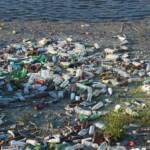 Wegwerfplastik verschmutzt die Strände und Weltmeere und entzieht den Anwohnern ihre Lebensgrundlagen | Bild (Ausschnitt): © Water Alternatives [CC BY-NC 2.0] - flickr