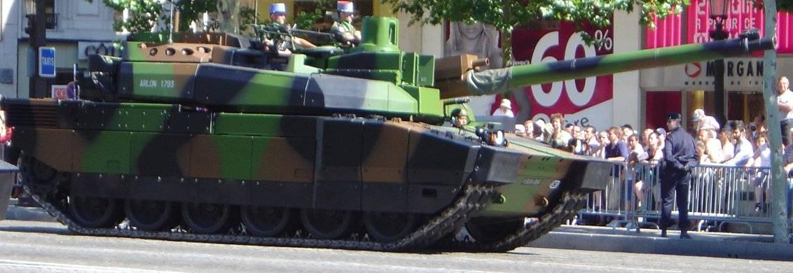 Leclerc-Panzer auf der Militärparade am französischen Nationalfeiertag 2003 auf der Champs-Élysées