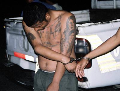 Ein Mitglied der Mara Salvatrucha wird verhaftet Ein Mitglied der Mara Salvatrucha wird verhaftet    Bild: © FBI [Puplic Domain]  - Wikimedia