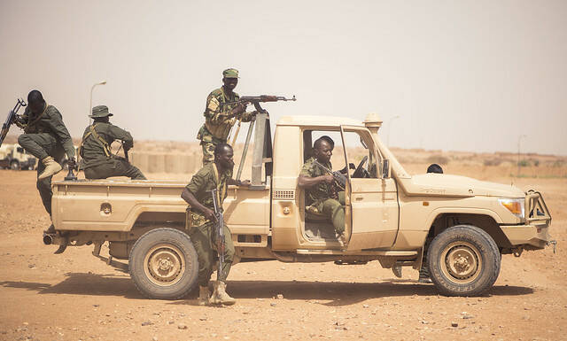 "Nigrische Soldaten trainieren in Agadez Nigrische Soldaten trainieren in Agadez |  Bild: © USAFRICOM ""Nigerien soldiers practice vehicle contact movements""  [CC BY 2.0]  - Flickr"