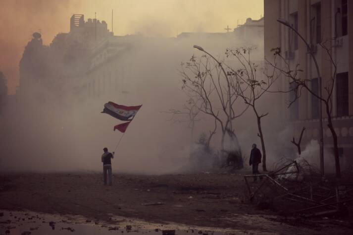 "Protest für den Frieden in Ägypten Protest für den Frieden in Ägypten |  Bild: ""The flag waver of Mohamed Mahmoud Street 2"" © Alisdare Hickson [CC BY-SA 2.0]  - Flickr"