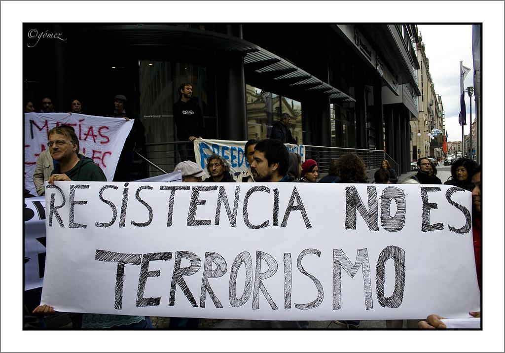 """Globaler Widerstand gegen die Repression von Mapuche: Protest vor der chilenischen Botschaft in Berlin mit dem Spruchbanner """"Widerstand ist kein Terrorismus"""""""