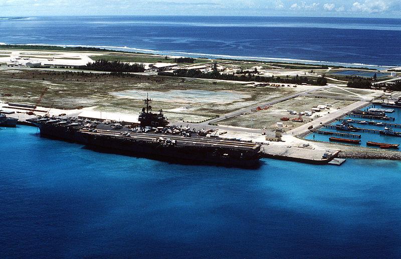 Ein Flugzeugträger der U.S. Navy an der Marinebasis in Diego Garcia.