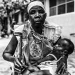 Die am meisten betroffenen: Eine Frau aus dem Südsudan mit ihrem Enkelkind im Arm. In dem Unabhängigkeitskrieg des Landes verlor sie unter anderem zwei Söhne. Die am meisten betroffenen: Eine Frau aus dem Südsudan mit ihrem Enkelkind im Arm. In dem Unabhängigkeitskrieg des Landes verlor sie unter anderem zwei Söhne. | Bild (Ausschnitt): © Oxfam International [CC BY-NC-ND 2.0] - Flickr