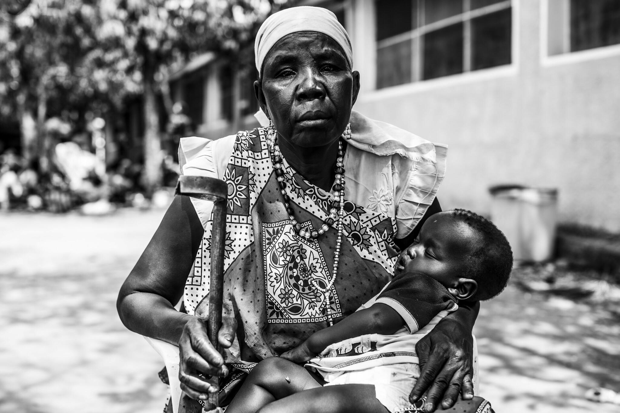 Die am meisten betroffenen: Eine Frau aus dem Südsudan mit ihrem Enkelkind im Arm. In dem Unabhängigkeitskrieg des Landes verlor sie unter anderem zwei Söhne.