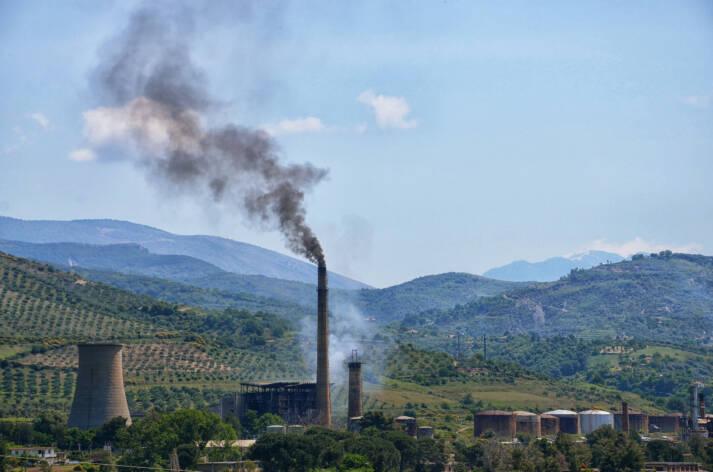 Die durch Entwicklungshilfe subventionierte umweltschädliche Infrastruktur für fossile Brennstoffe untergräbt die Fortschritte, die beim Klimawandel und bei der internationalen Entwicklung erzielt wurden. Die durch Entwicklungshilfe subventionierte umweltschädliche Infrastruktur für fossile Brennstoffe untergräbt die Fortschritte, die beim Klimawandel und bei der internationalen Entwicklung erzielt wurden.    Bild: © Pasztilla aka Attila Terbócs [CC BY-SA 4.0]  - Wikimedia Commons