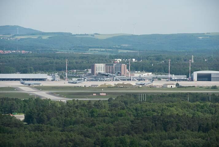 Blick auf die Ramstein Air Base mit Flugfeld, Hauptgebäude und Hangar Blick auf die Ramstein Air Base mit Flugfeld, Hauptgebäude und Hangar    Bild: © Beowulf Tomek [CC BY-SA 4.0]  - Wikimedia Commons