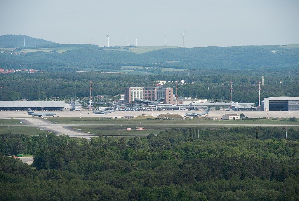 Blick auf die Ramstein Air Base mit Flugfeld, Hauptgebäude und Hangar