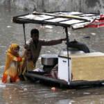 Kinder verkaufen Essen im überfluteten Gebiet | Bild (Ausschnitt): © IRIN Photos [CC BY-NC-ND 2.0] - flickr