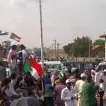 Mit monatelangen Massendemonstrationen zwingen die Demonstranten im Sudan erst den Diktator al-Baschir und dann Das Militär in die Knie. Im August einigten sich Militär und Opposition auf eine gemeinsame Regierung, am Tag der Unterzeichnung der Übergangsverfassung feierten die Sudanesinnen und Sudanesen ihren Erfolg im Regierungsviertel in Karthum. | Bild (Ausschnitt): © VOA [Public Domain] - Wikimedia Commons